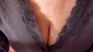 Oma Katharina praesentiert ihre rasierte Pussy